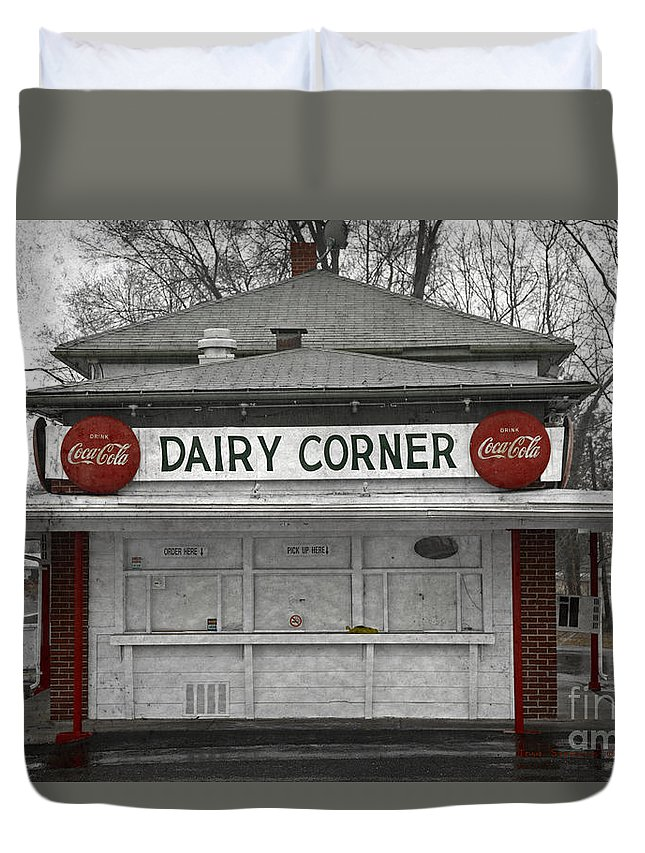 Coca Cola Duvet Cover featuring the photograph Closed For The Season by John Stephens