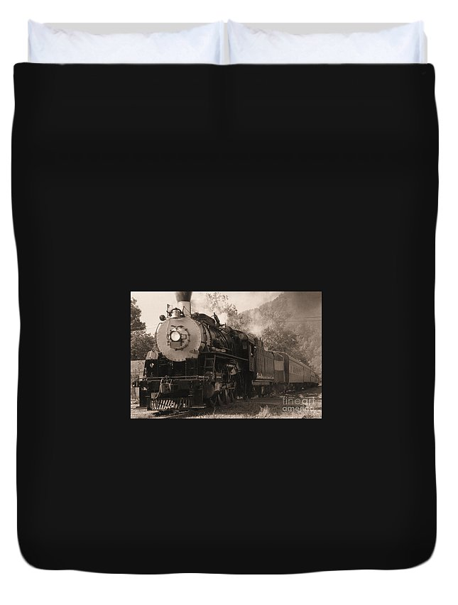 Trains Duvet Cover featuring the photograph Coming Around The Mountain by Richard Rizzo