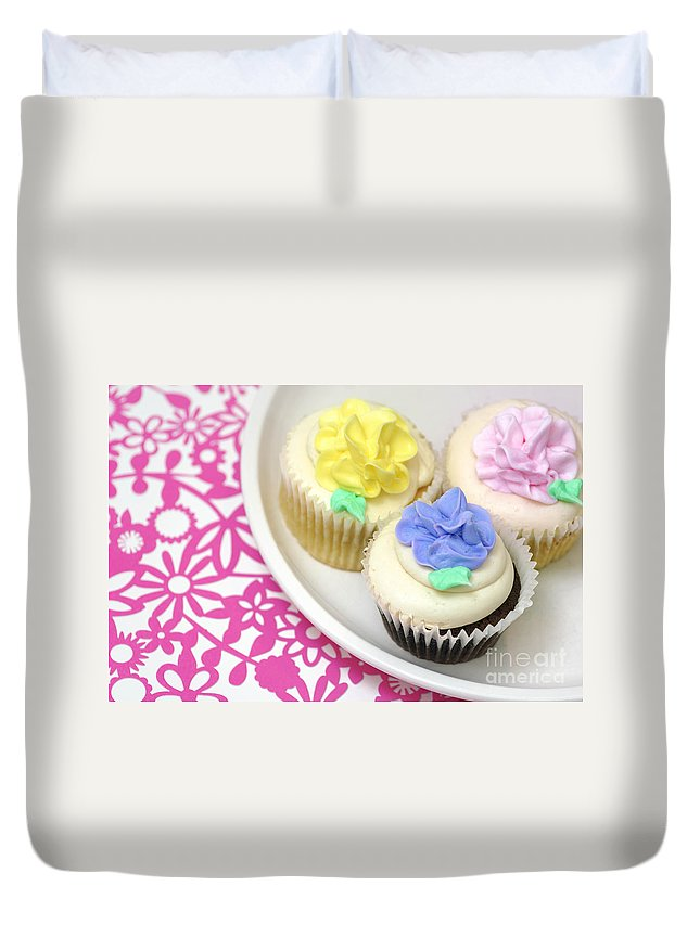Baked Goods Duvet Cover featuring the photograph Cupcakes On A Plate by Amy Cicconi
