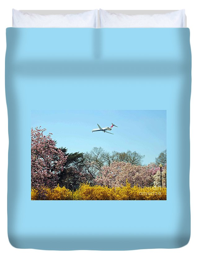 Delta Duvet Cover featuring the photograph Delta Airlines by Jost Houk