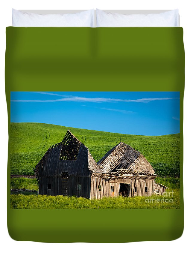 America Duvet Cover featuring the photograph Dilapidated Barn by Inge Johnsson