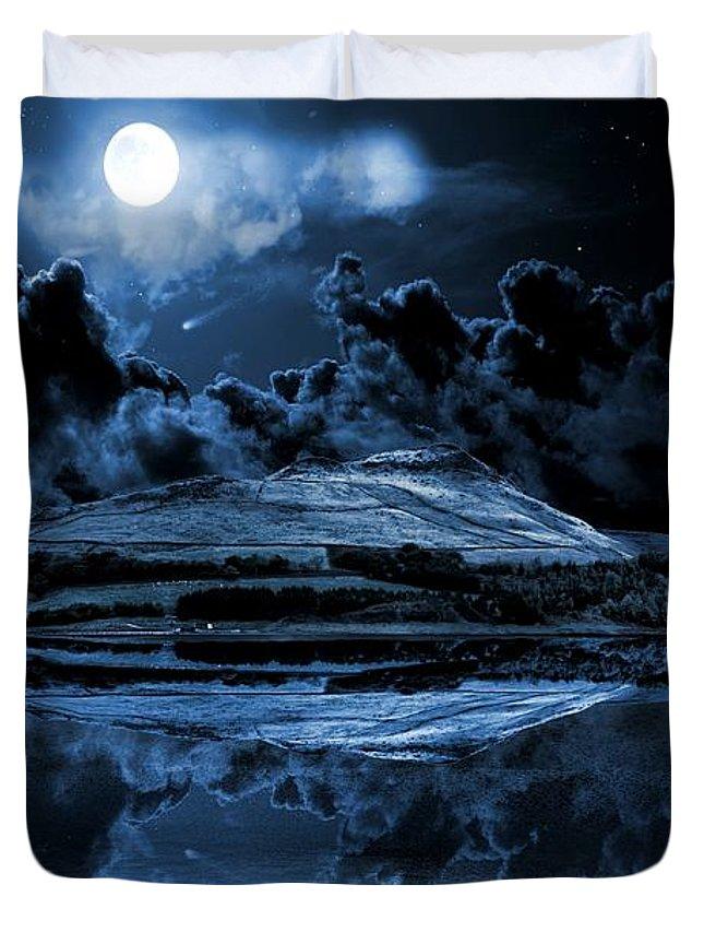 Dovestone Reservoir Duvet Cover featuring the photograph Dovestones Night Sky by Neil Ravenscroft