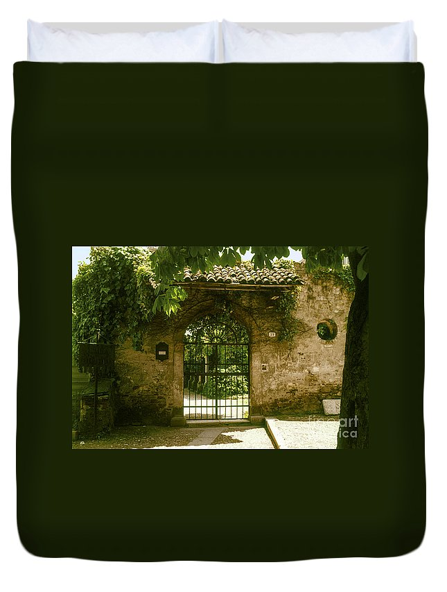 Romeo And Juliet Balcony House Houses Gate Gates City Cities Cityscape Cityscapes Tile Tiles Stone Stones Architecture Italy Duvet Cover featuring the photograph Entrance To Romeo And Juliet House by Bob Phillips