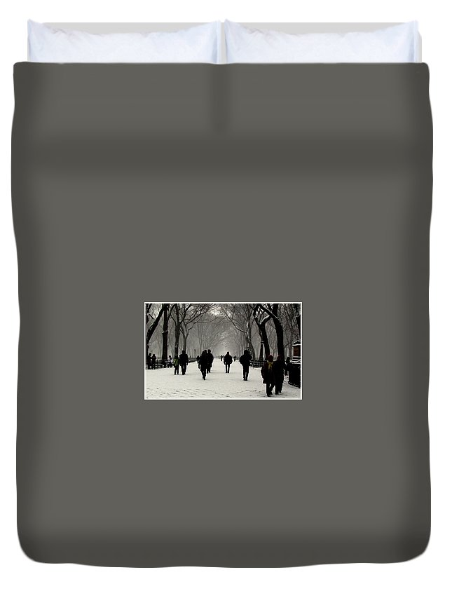 New York Duvet Cover featuring the photograph Faceless by Jeff Watts