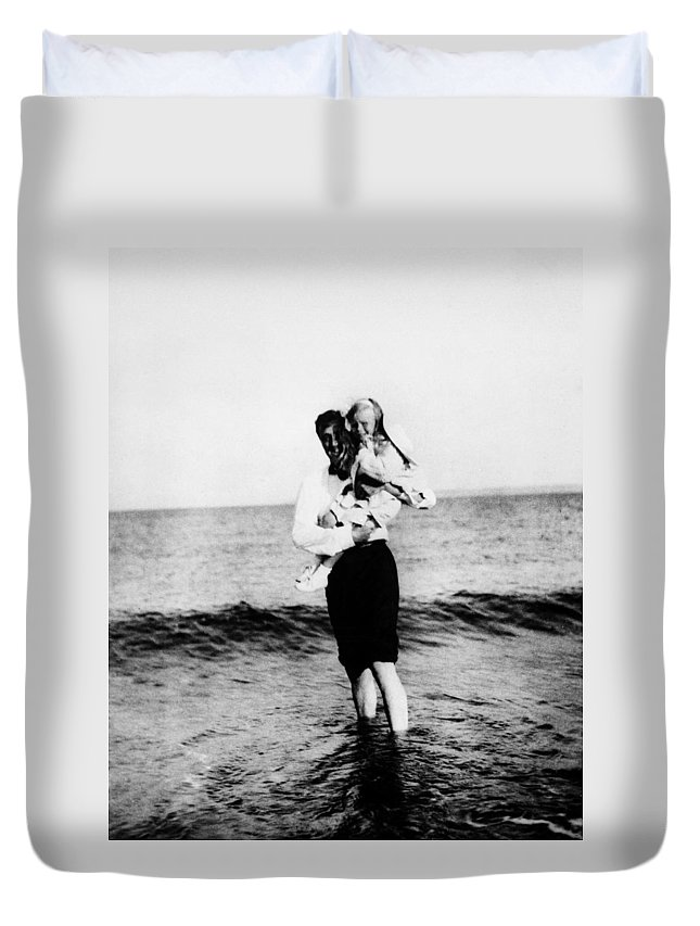 1909 Duvet Cover featuring the photograph Franklin D by Granger