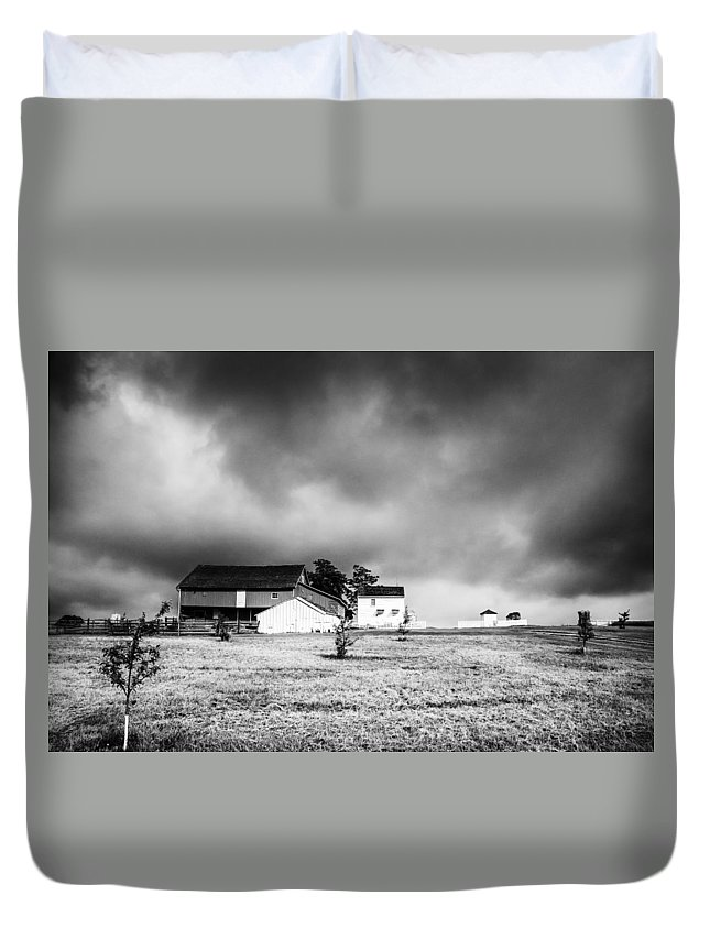 Barn Duvet Cover featuring the photograph Gettysburg Battlefield 2779b by Guy Whiteley