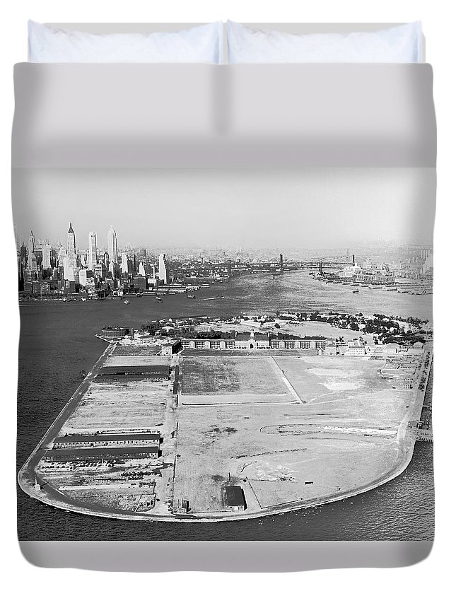 1930s Duvet Cover featuring the photograph Governors Island In Ny by Underwood Archives