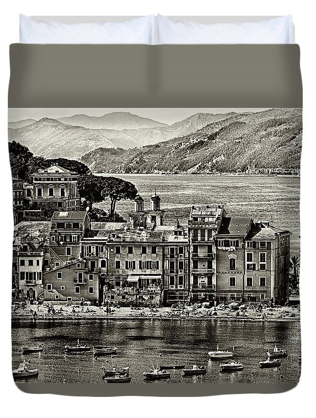 B&w Duvet Cover featuring the photograph Grunge Seascape by Roberto Pagani