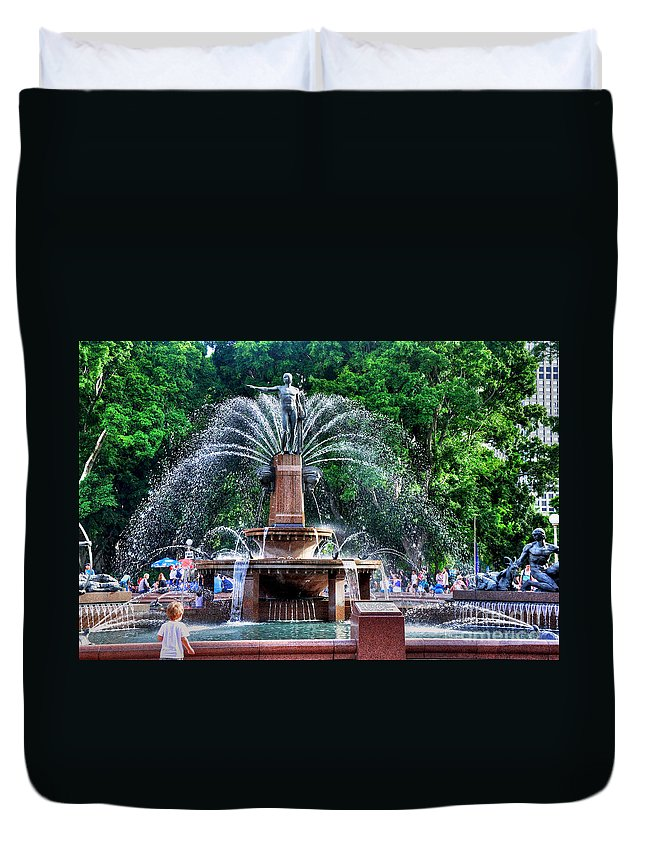 Photography Duvet Cover featuring the photograph Hyde Park Fountain by Kaye Menner