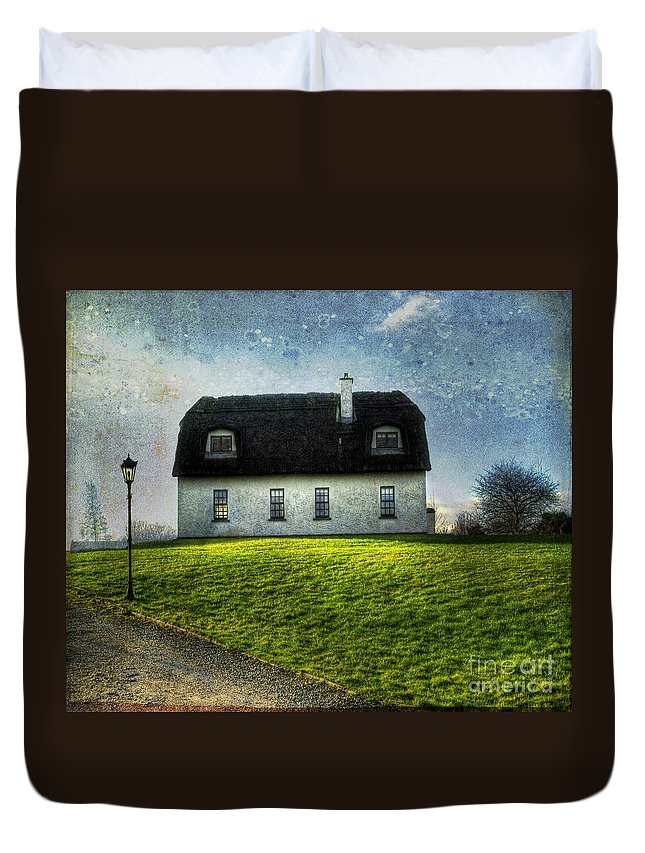 Accommodation Duvet Cover featuring the photograph Irish Thatched Roofed Home by Juli Scalzi