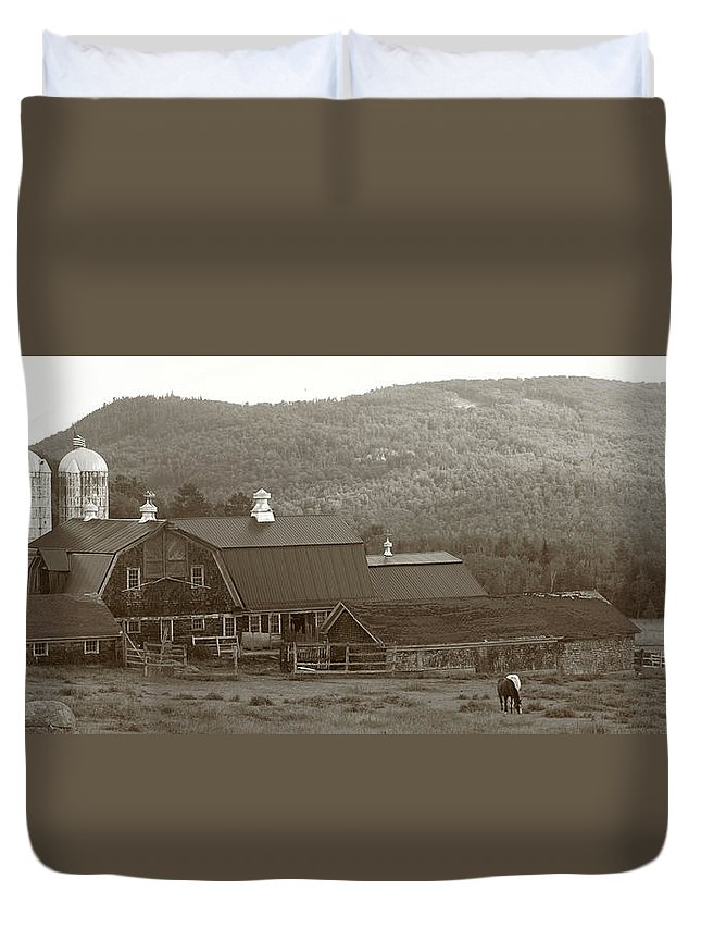 Farmhouse Duvet Cover featuring the photograph Lisbon Farm by Jes Fritze