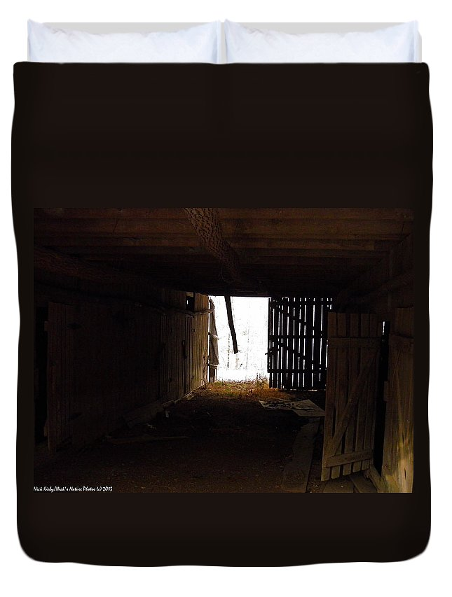 Barn Duvet Cover featuring the photograph Looking Towards Home 2 by Nick Kirby