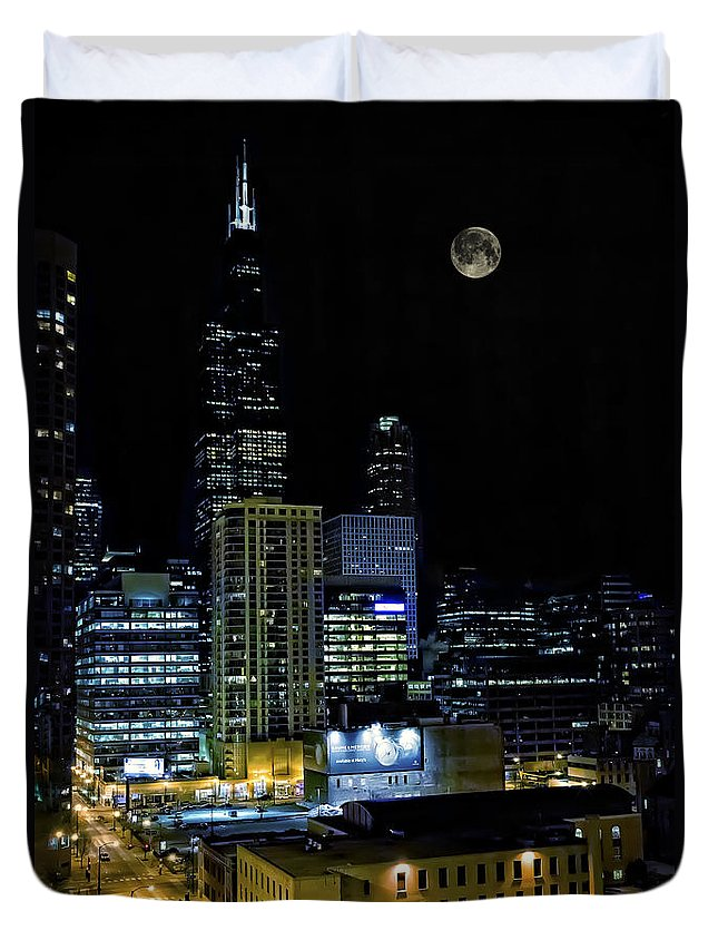 Jennifer Rondinelli Reilly Duvet Cover featuring the photograph Moon Rise Over Downtown Chicago And The Willis Tower #2 by Jennifer Rondinelli Reilly - Fine Art Photography