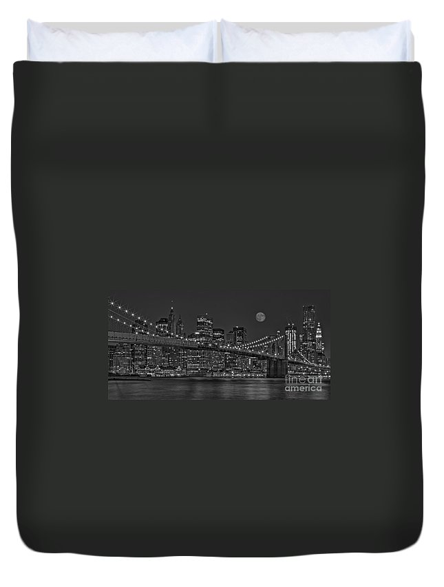 Brooklyn Bridge Duvet Cover featuring the photograph Moonrise Over The Brooklyn Bridge Bw by Susan Candelario