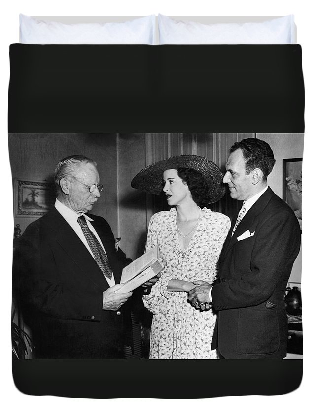 1940's Duvet Cover featuring the photograph Moss Hart And Kitty Carlisle by Underwood Archives