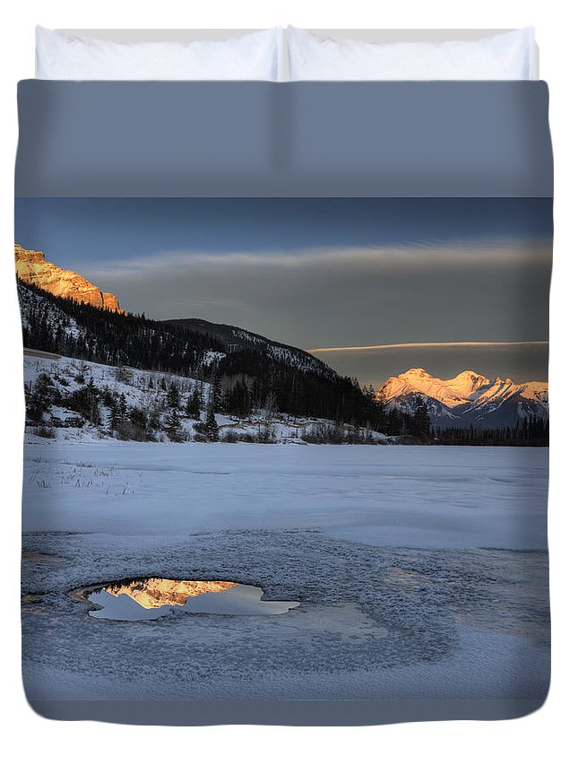 Lake Duvet Cover featuring the photograph Mount Rundle And Vermillion Lakes by Mark Duffy
