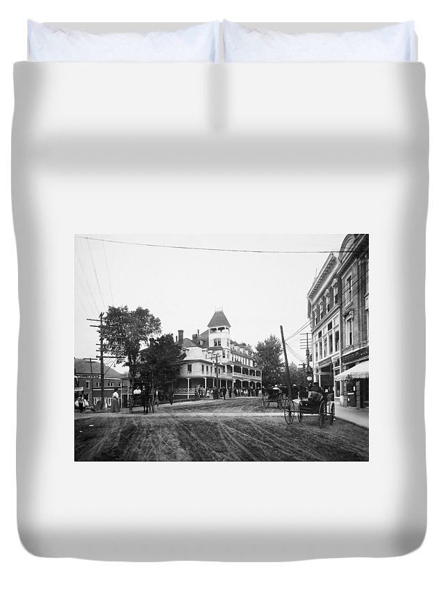 1909 Duvet Cover featuring the photograph New York Berkley Hotel by Granger