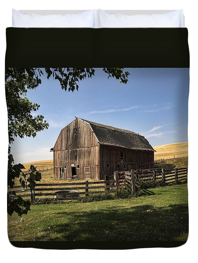 old Barn Duvet Cover featuring the photograph Old Barn On The Palouse by Paul DeRocker
