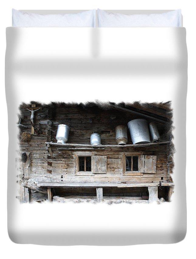 Old Farmhouse Duvet Cover featuring the photograph Old Farmhouse by Ha Ko