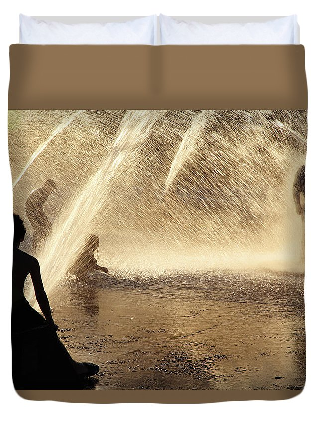 People Duvet Cover featuring the photograph Playing In The Fountain by Zeb Andrews