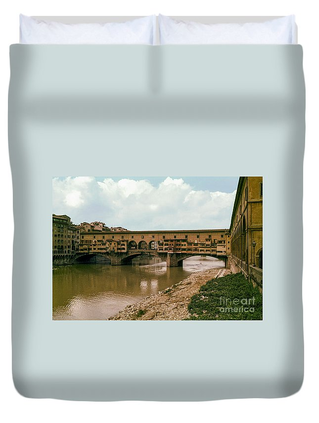 Pont De Vecchio Amp River Florence Rivers Water Bridge Bridges Shop Shops Building Buildings City Cities Cityscape Cityscapes Store Stores Waterscape Waterscapes Italy Landmark Landmarks Duvet Cover featuring the photograph Pont De Vecchio On The Arno by Bob Phillips