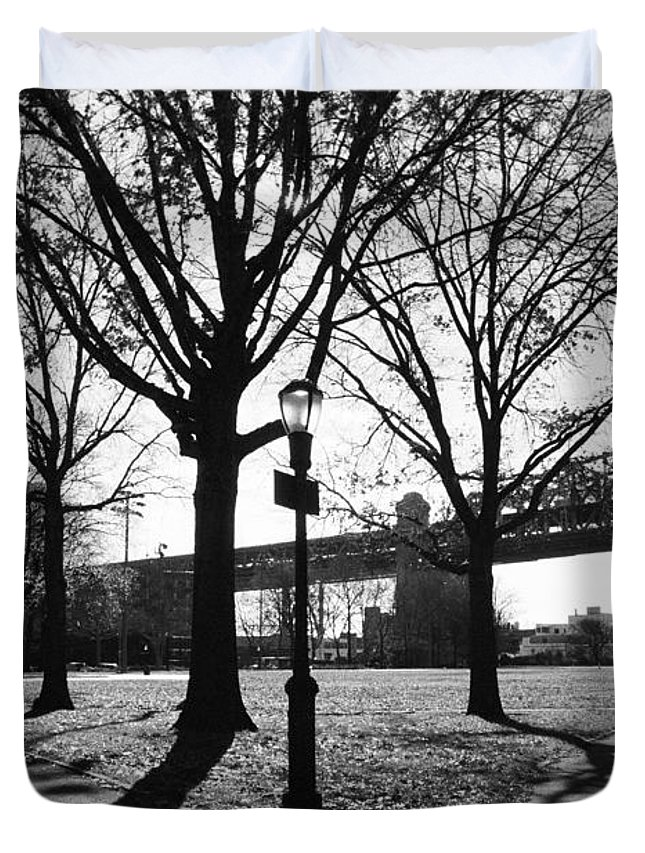 Lamp Post Duvet Cover featuring the photograph Queens Bridge Park by Kenneth Ortiz