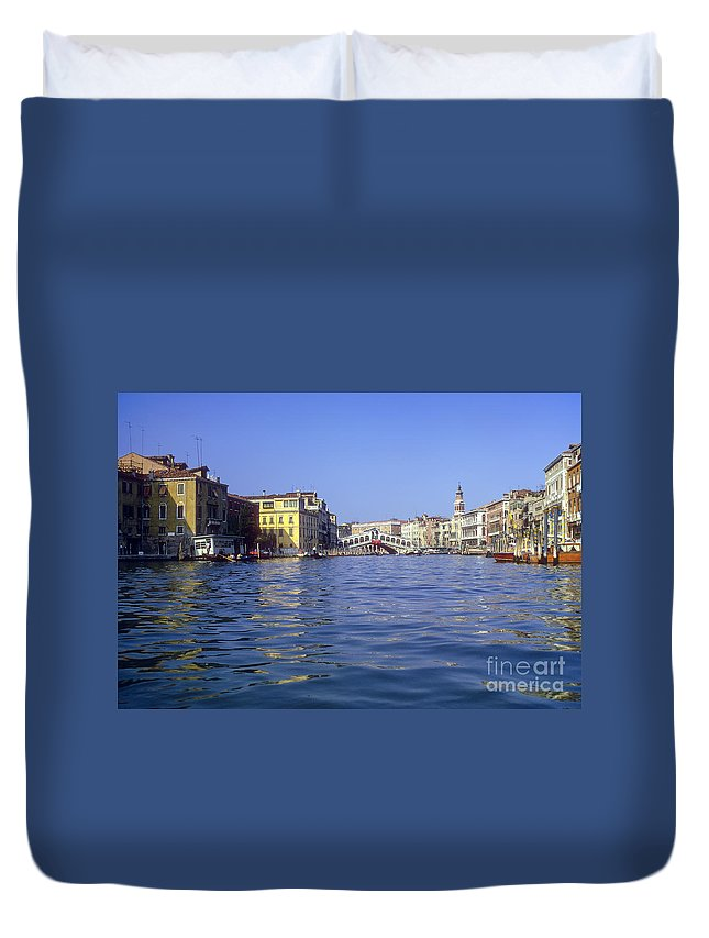 Rialto Bridge Venice Grand Canal Canals Building Buildings Structure Structures Architecture Water Boat Boats Bridges Church Churches Gondola Gondolas City Cities Cityscape Cityscapes Italy Duvet Cover featuring the photograph Rialto Bridge In The Grand Canal by Bob Phillips
