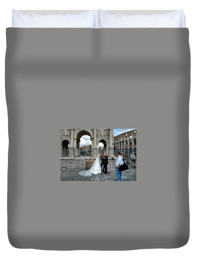 Rome Duvet Cover featuring the photograph Roman Colosseum Bride And Groom by Mike Nellums