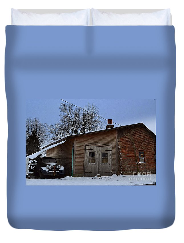Barn Duvet Cover featuring the photograph Rustic Weatherd Old Beauties by Amy Lucid
