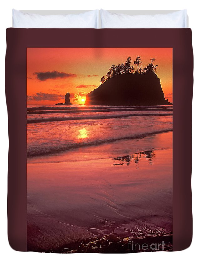 North America Duvet Cover featuring the photograph Sunset At Second Beach Olympic National Park by Dave Welling