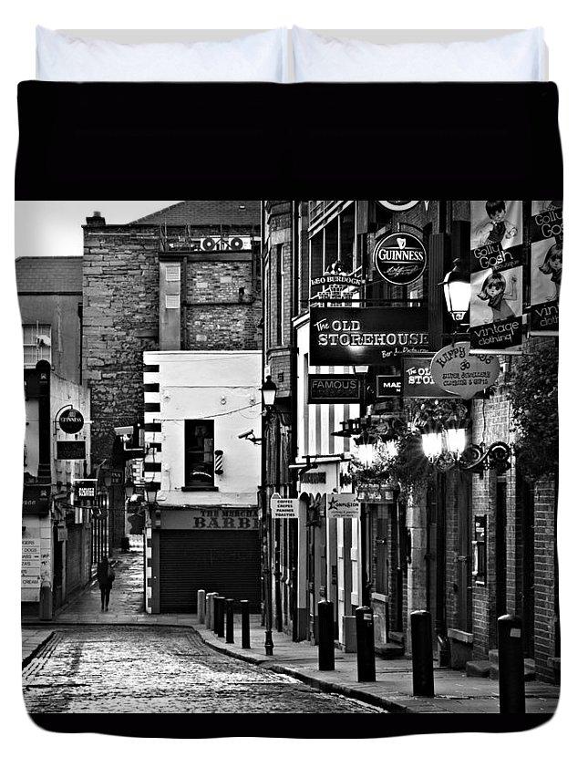 Temple Bar Duvet Cover featuring the photograph Temple Bar / Dublin by Barry O Carroll