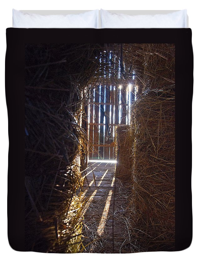 Barn Duvet Cover featuring the photograph The Barn. by Les Lorek