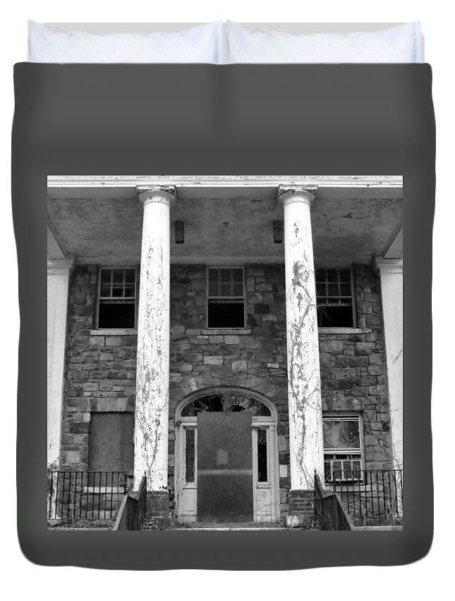 Haunt Duvet Cover featuring the photograph The White House by Art Dingo
