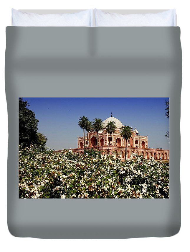 Tranquility Duvet Cover featuring the photograph Tomb Of Humayun by Smit Sandhir