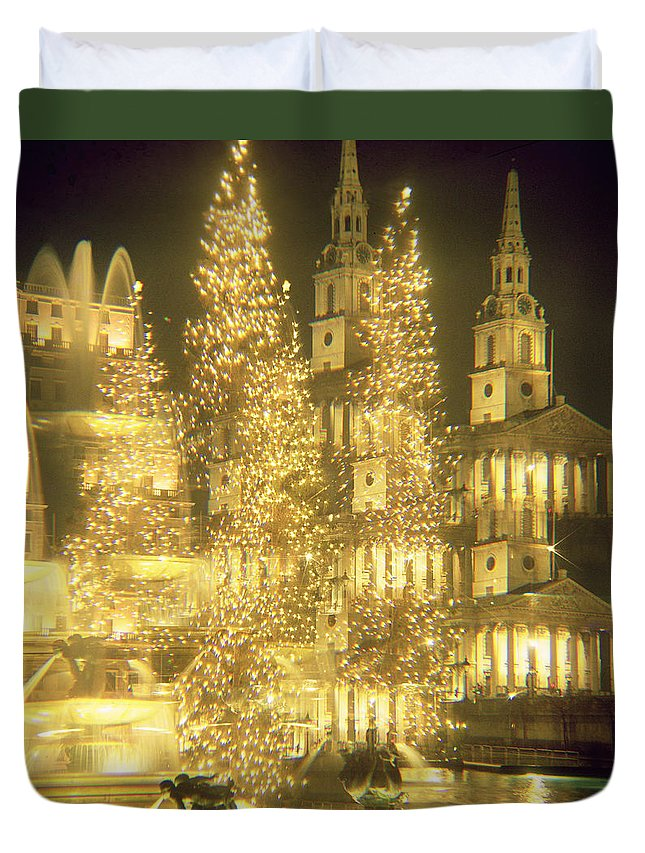 Fountain Duvet Cover featuring the photograph Trafalgar Square Christmas Lights by Robert Hallmann