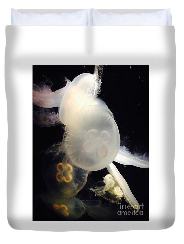 Jellyfish Duvet Cover featuring the photograph Umbrella Jellyfish 1 Shot At Long Beach California Aquarium By Richard W Linford by Ricardo Richard W Linford
