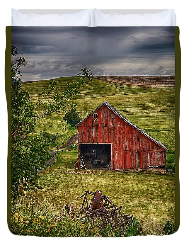 Barn Duvet Cover featuring the photograph Unique Barn In The Palouse by Priscilla Burgers