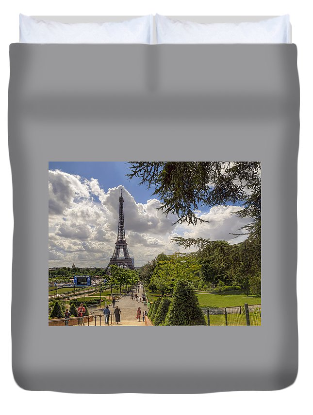 Eiffel Tower Duvet Cover featuring the photograph Walkway To The Eiffel Tower by Tim Stanley
