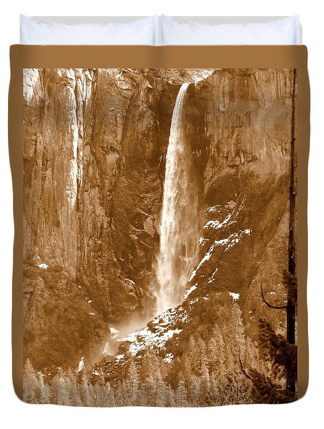 Bridalveil Falls Duvet Cover featuring the photograph Yosemite Bridalveil Falls by Jeff Lowe