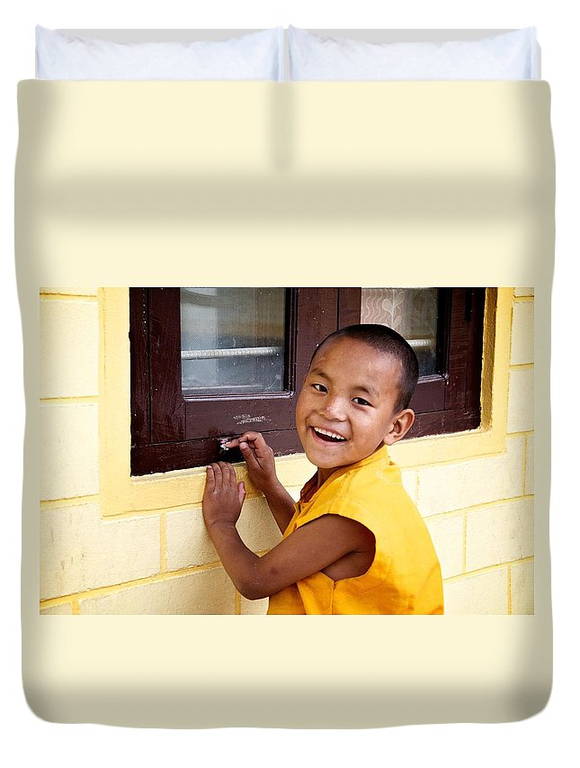 Street Photography Duvet Cover featuring the photograph Big Smile At The Window by Valerie Rosen