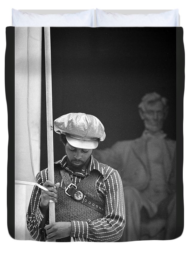 black Panthers Duvet Cover featuring the photograph Black Panthers At The Lincoln Memorial - 1970 by International Images