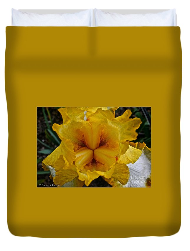 Plant Duvet Cover featuring the photograph Center Point by Susan Herber