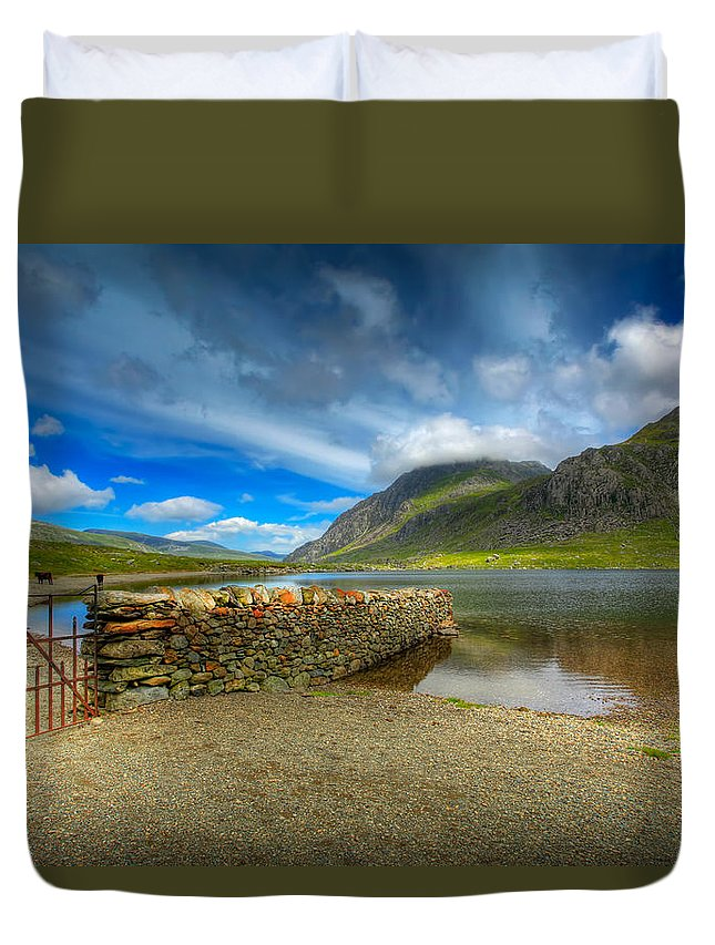 Hdr Duvet Cover featuring the photograph Cwm Idwal by Adrian Evans