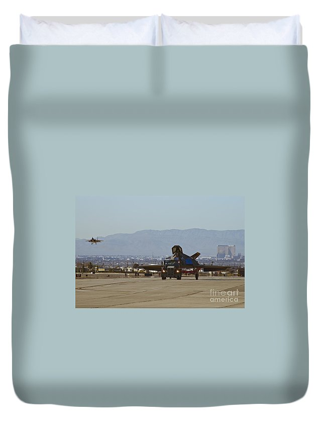 Stinkbug Duvet Cover featuring the photograph Eagle Landing In Vegas by Tim Mulina