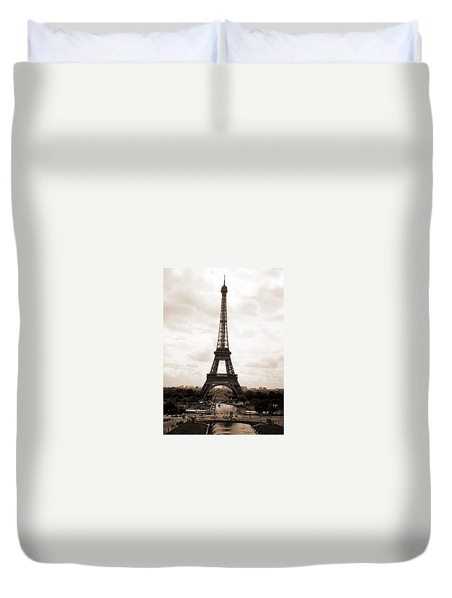 Paris Duvet Cover featuring the photograph Eiffel Tower by Pat Purdy