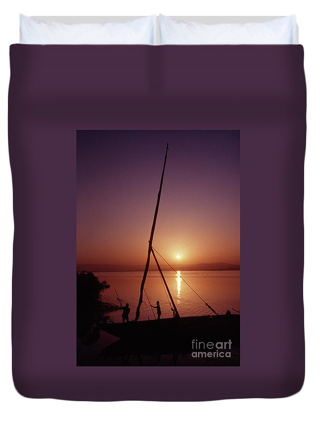 Fishing Sunset Fishermen Water Boat Dock Horizon Reflection Duvet Cover featuring the photograph Fishermen by Vilas Malankar