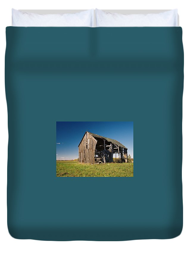 Barn Duvet Cover featuring the photograph Holdin' On by Ron Weathers