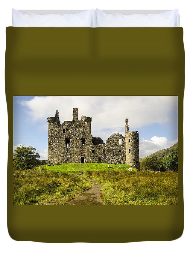 Kilchurn Castle Duvet Cover featuring the photograph Kilchurn Castle by Chris Thaxter