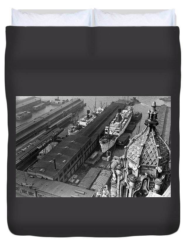 1930s Duvet Cover featuring the photograph Ny Docks View by Underwood Archives