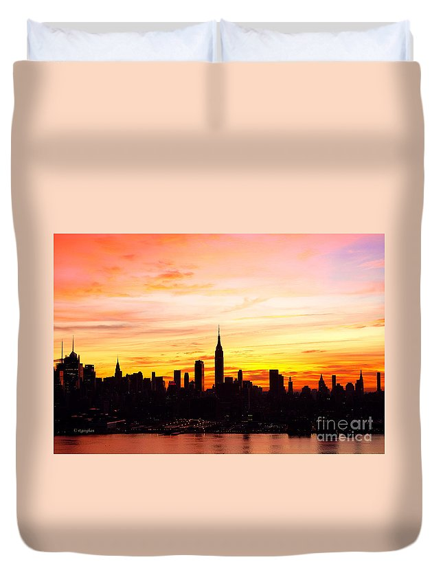 Ny Skyline Duvet Cover featuring the photograph Ny Saturday Sunrise by Regina Geoghan